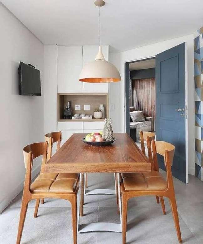 13. Cadeira cor de caramelo para decoração de sala de jantar – Foto: Dicas de Mulher