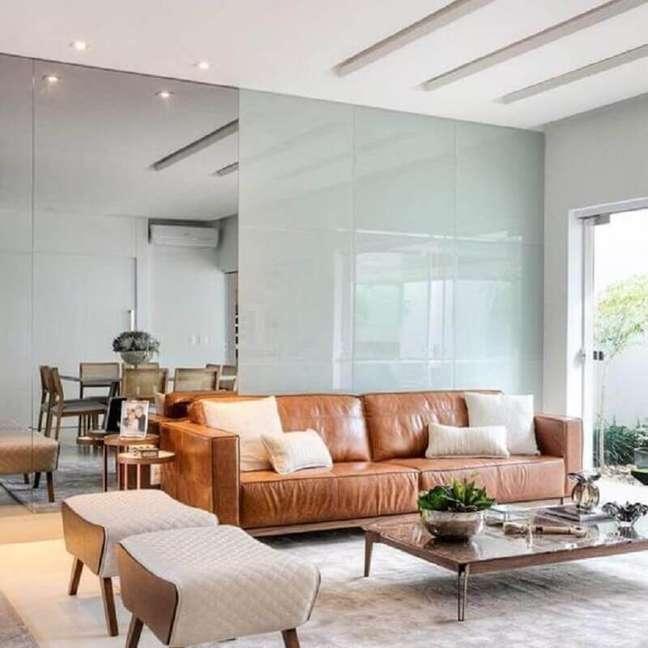 54. Sofá cor caramelo para decoração de sala de estar integrada com sala de jantar – Foto: Pinterest