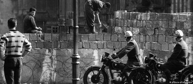 Muro de Berlim é erguido na rua Bernauer Strasse