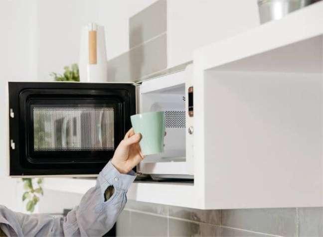 8. Use o detergente no passo a passo de como limpar microondas – Foto O Melhor Ingrediente