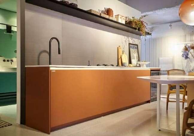 16. Decoração cor caramelo para cozinha planejada – Foto: Dell Anno Home Stylling