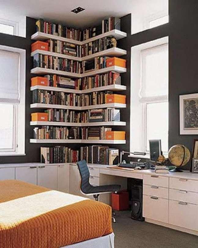 42. Home office com estante de canto e escrivaninha branca – Foto Pinterest