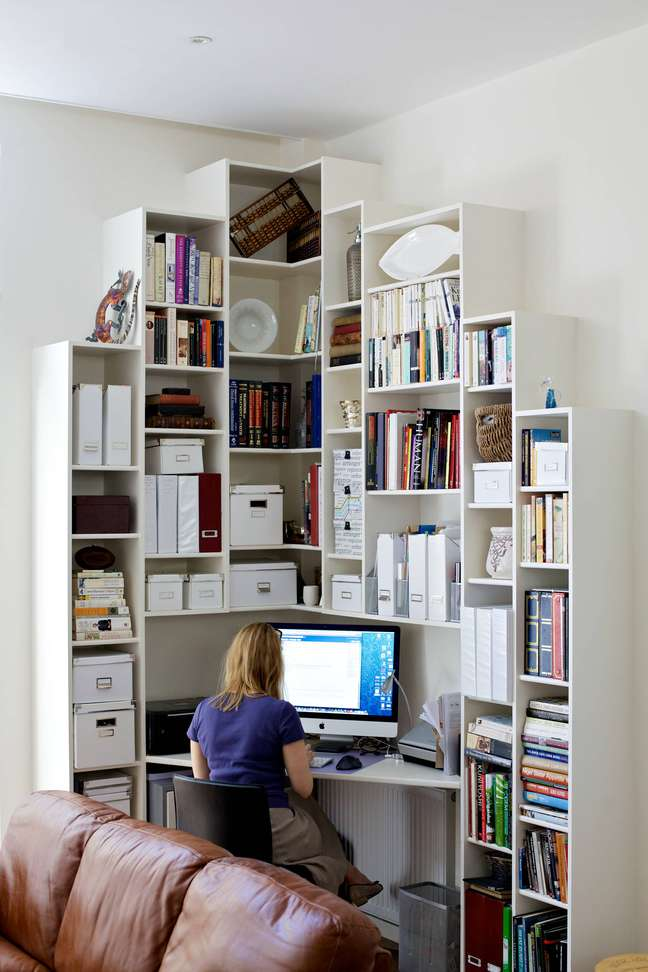 43. Home office na sala com estante de canto planejada – Foto Pinterest