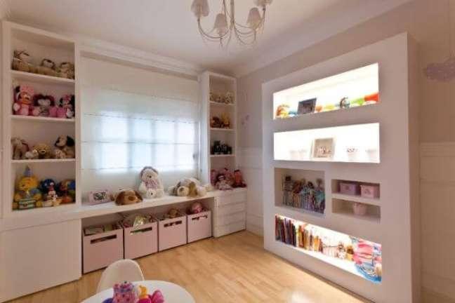 47. Quarto infantil com estante de gesso para guardar brinquedos – Foto Pinterest
