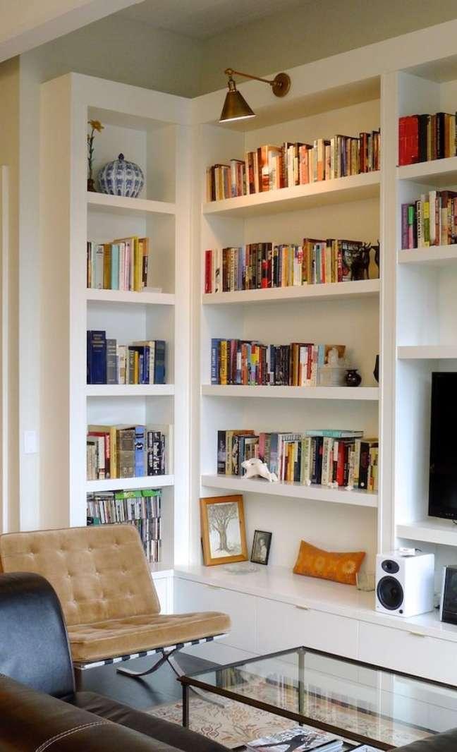 52. Sala de estar com estante de canto e rack – Foto Hudson Cabinetry Design