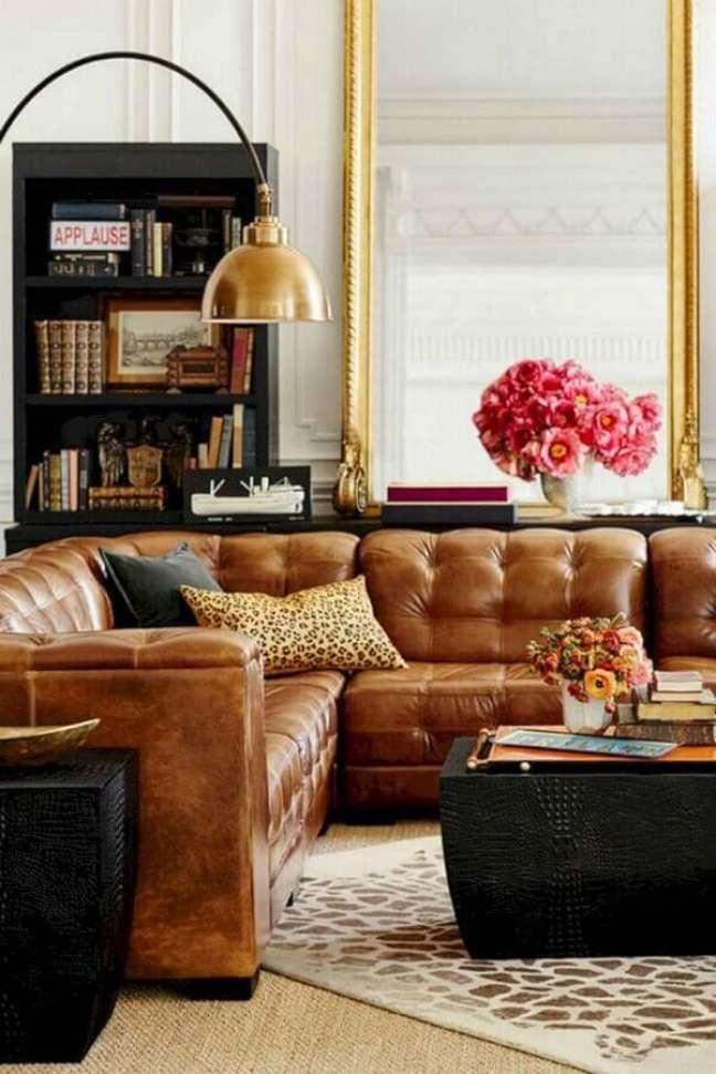 37. Sala clássica decorada com sofá cor caramelo de canto e móveis pretos – Foto: Decoholic