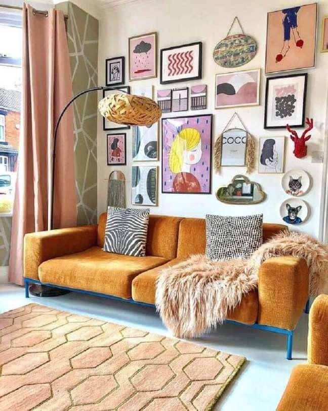 58. Sofá cor caramelo para sala decorada com mural de quadros – Foto: domino magazine