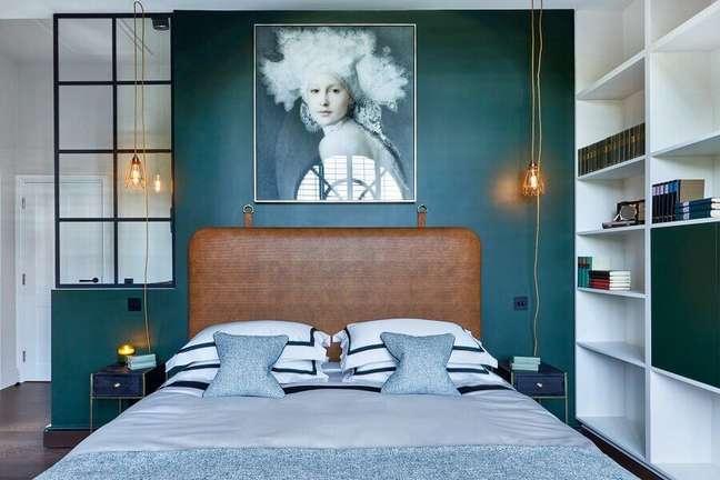 20. Decoração de quarto verde com luminária pendente e cabeceira estofada cor caramelo escuro – Foto; Houzz
