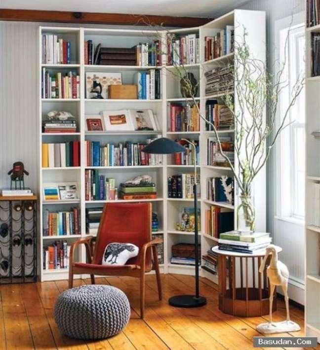 18. Decoração com estante de canto e cadeira vermelha – Foto The Spruc