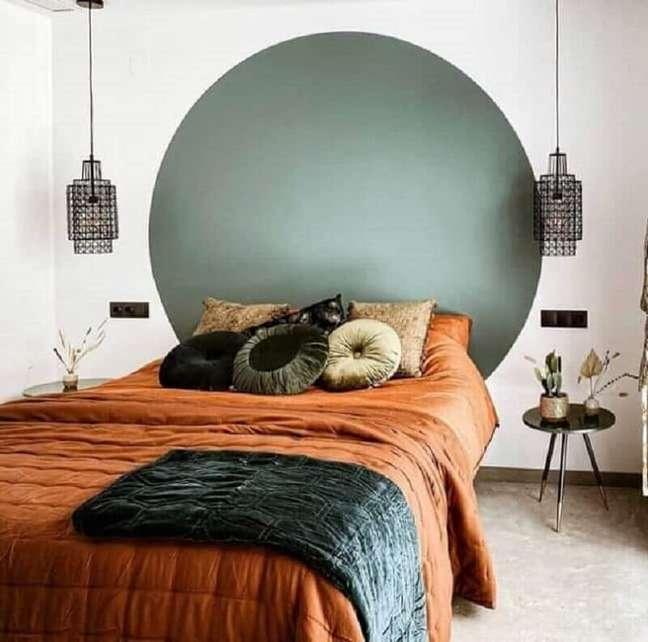 34. Roupa de cama cor caramelo para decoração de quarto de casal simples – Foto: Pinterest