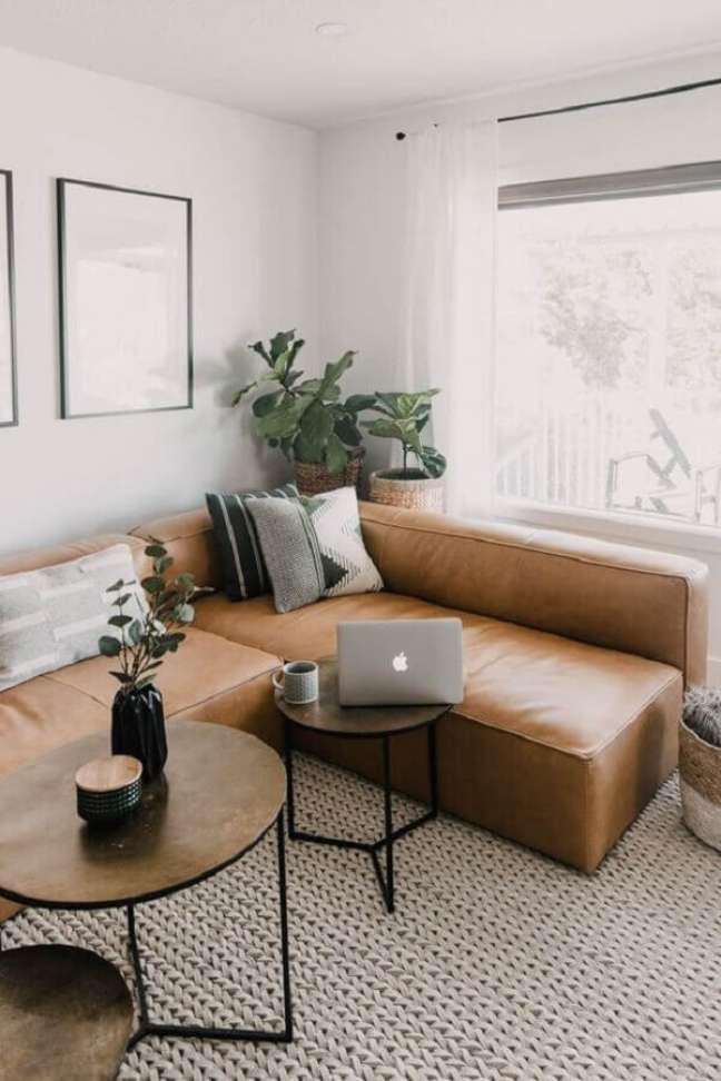 38. Sala clean decorada com sofá cor caramelo de canto e tapete de crochê – Foto: Pinterest
