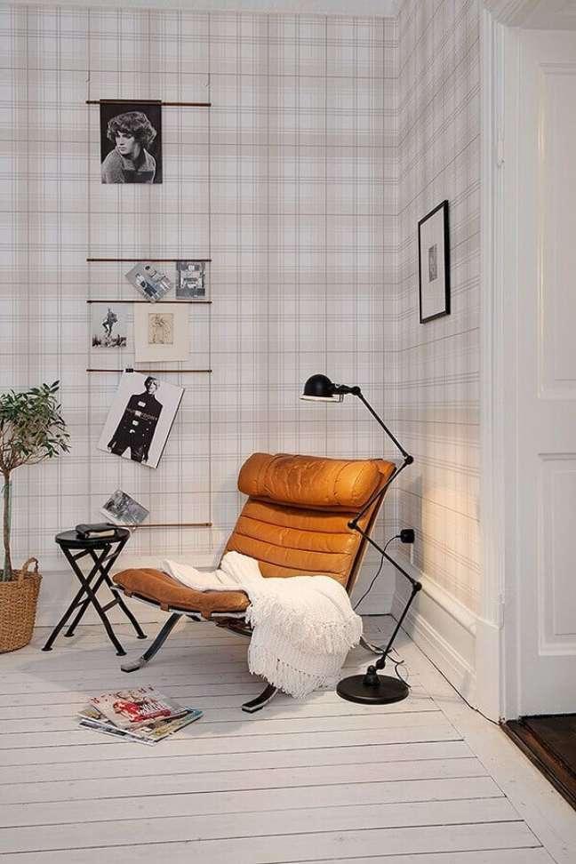 5. Poltrona cor caramelo para decoração de cantinho de leitura com papel de parede xadrez delicado – Foto: Archilovers