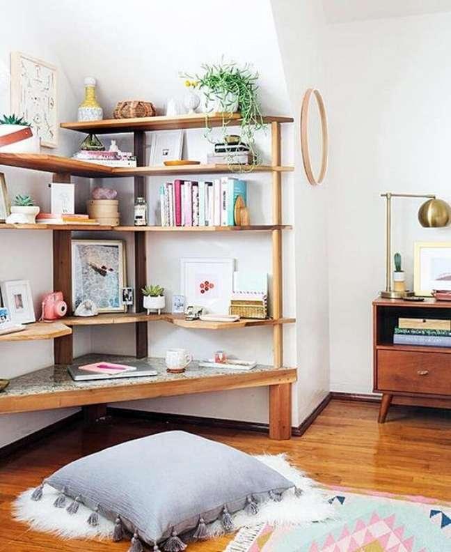 25. Estante de canto de madeira para a sala de estar – Foto Simples Decoração