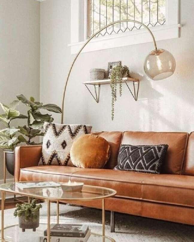 57. Sofá cor caramelo para sala branca decorada com luminária de chão – Foto: Pinterest