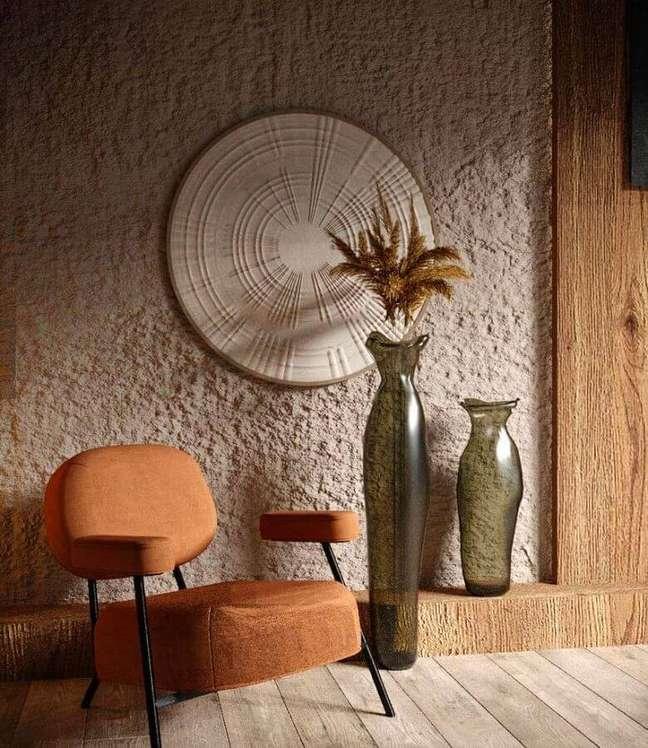 22. Decoração de sala com poltrona moderna cor caramelo e vasos de chão – Foto: Behance