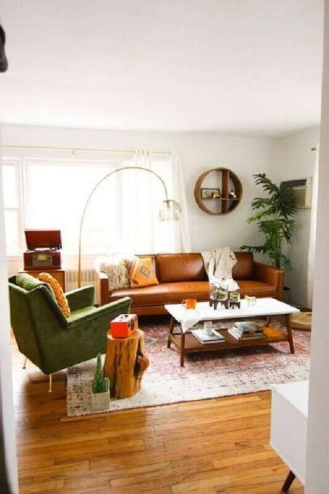56. Sofá cor caramelo para decoração de sala simples com poltrona verde – Foto: Pinterest