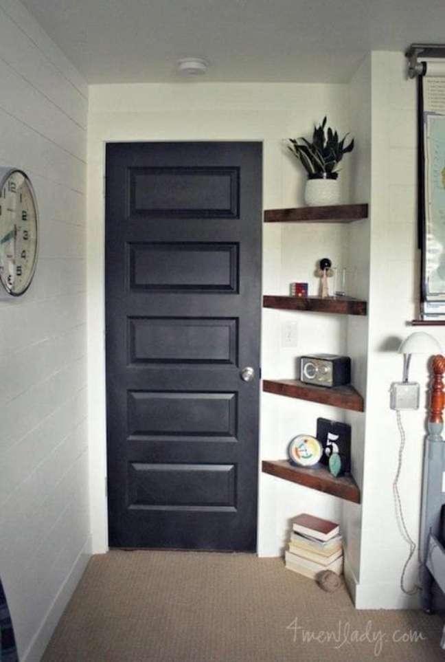 44. Hall de entrada com estante de canto de madeira – Foto Total construção