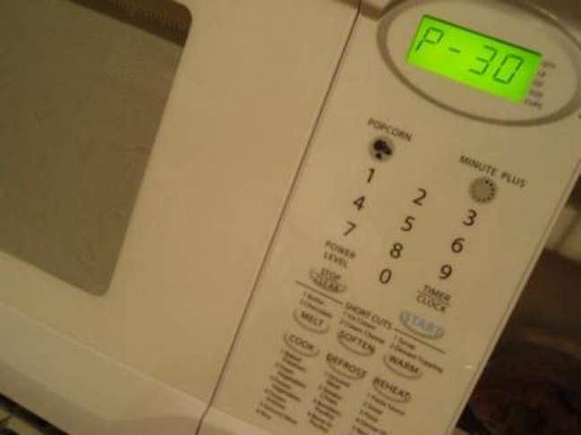 4. Como limpar microondas: aumente a potência do micro-ondas para o máximo.