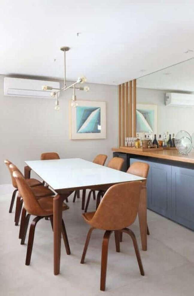 42. Sala de jantar moderna decorada com cadeiras de couro na cor de caramelo – Foto: Jeito de Casa