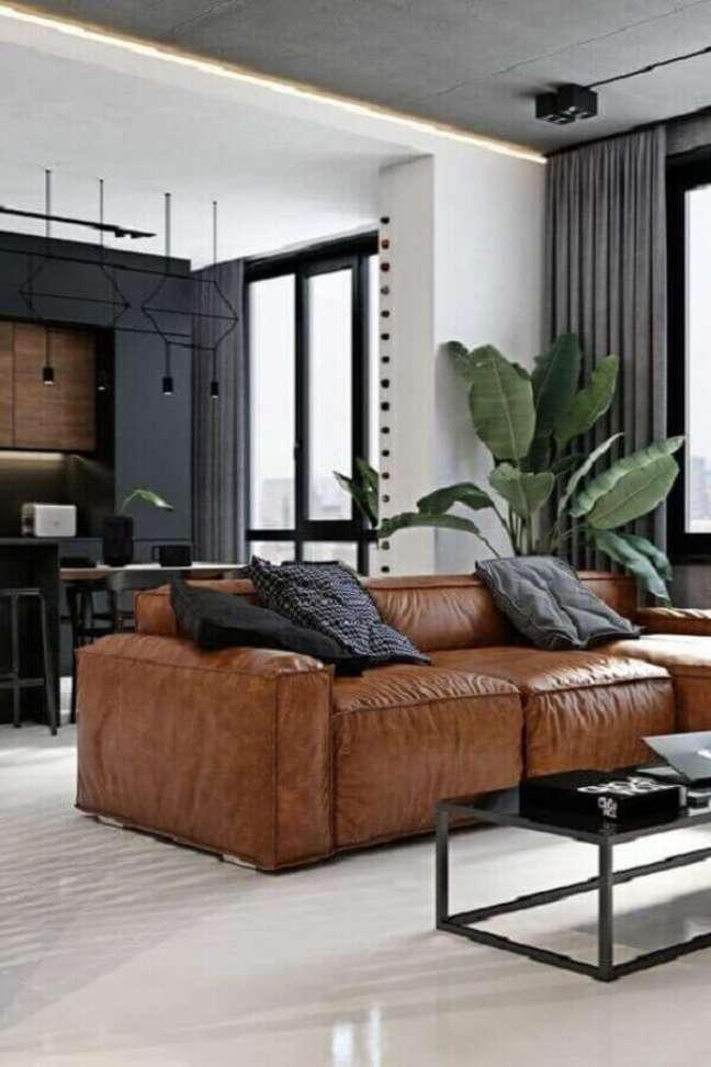 45. Sala moderna decorada com mesa de centro preta e sofá cor caramelo – Foto: Futurist Architecture