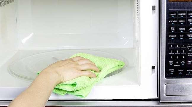 6. Como limpar microondas: em seguida, tire o refratário com água e limpe o interior com um pano seco ou umedecido.