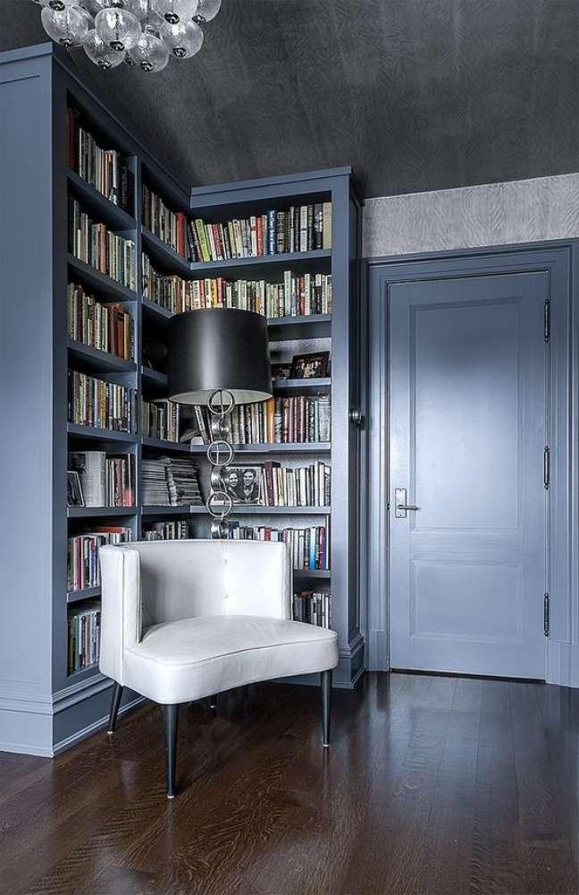 1. Estante de canto branca com poltrona confortável para cantinho de leitura – Foto Home Bunch
