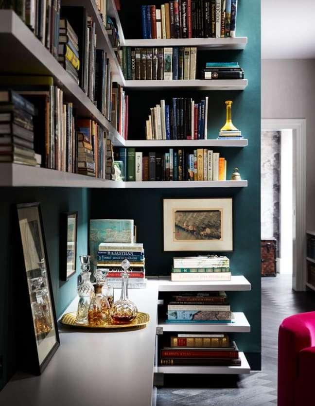 38. Estante de gesso com parede azul e prateleiras brancas – Foto The Design Files