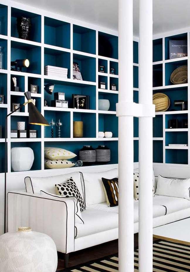 8. Sofá branco com estante de canto planejada em azul – Foto Pinterest