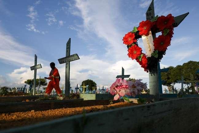 Túmulos de vítimas da Covid-19 em cemitério de Manaus (AM)  07/07/2021 REUTERS/Bruno Kelly