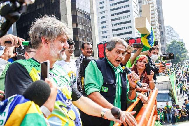 Roberto Jefferson acompanha apoiadores do Presidente Jair Bolsonaro que realizaram manifestação no dia 1º de maio