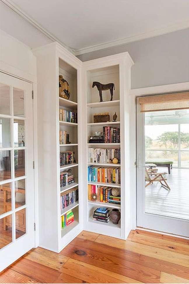 31. Estante de canto para livros na sala de estar com abertura para varanda gourmet – Foto Homedit