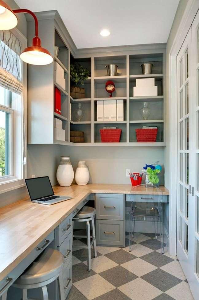 29. Estante de canto planejada na parede com mesa para estudo – Foto Home Bunch