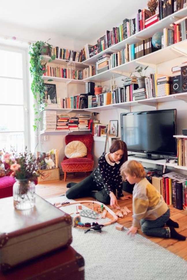 3. Decoração de sala com estante de canto e acima da TV – Foto Lovely Life