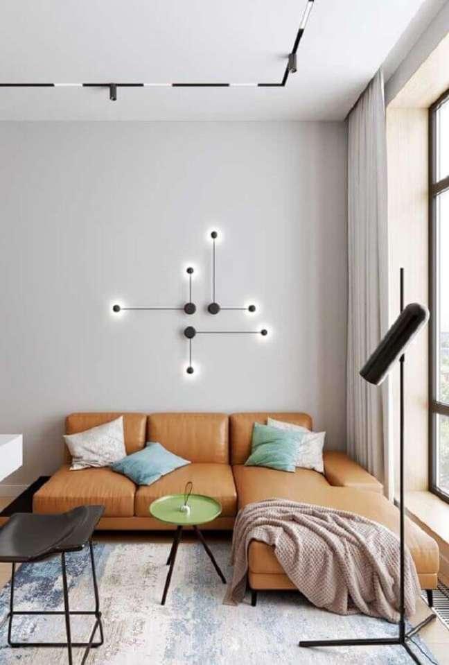 46. Sala moderna decorada com sofá com chaise cor caramelo e luminária de parede – Foto: Archilovers