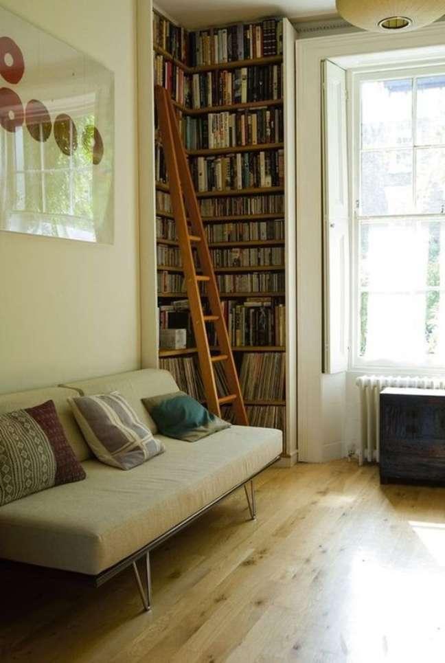 2. Decoração de sala pequena com estante de canto para livros, cds e discos de vinil – Foto Homedit