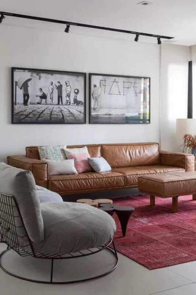 44. Sala estilo industrial decorada com sofá cor caramelo e tapete vinho – Foto: Pinterest