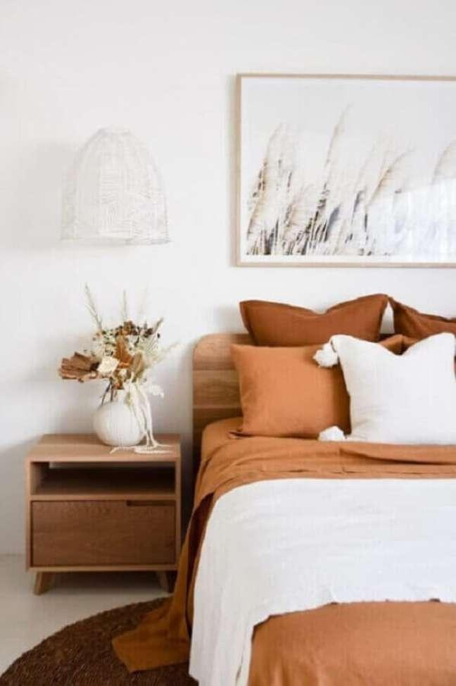 31. Quarto branco simples decorado com jogo de cama cor caramelo – Foto: Pinterest