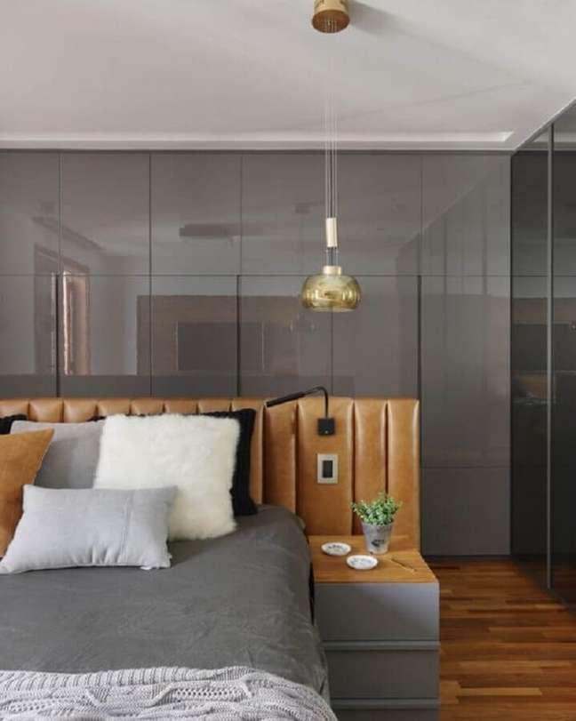 33. Quarto cinza moderno decorado com cabeceira estofada cor caramelo – Foto: Decor Salteado