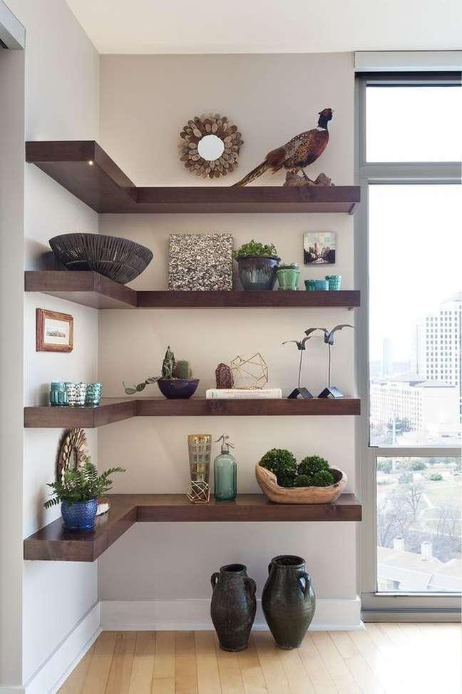 20. Estante de canto com enfeites e plantas para decoração rustica – Foto Revista VD