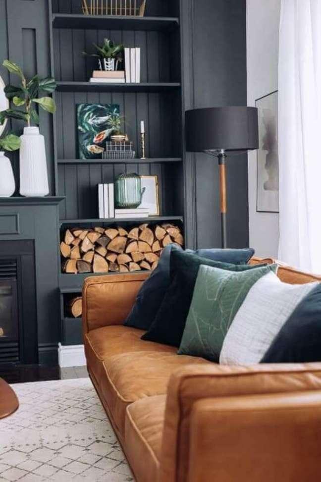 55. Sofá cor caramelo para decoração de sala preta clássica – Foto: Lolafá