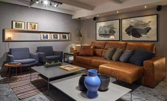 60. Sofá de couro cor caramelo para decoração de sala cinza moderna – Foto: Líder Interiores