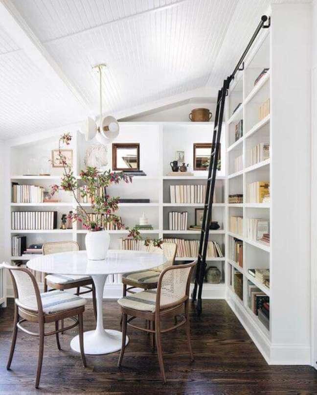 49. Sala com estante de gesso e mesa de jantar redonda – Foto The Identite