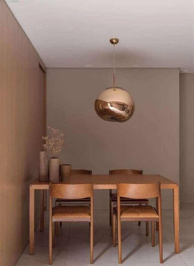 6. Decoração em cores neutras para sala de estar com cadeiras cor caramelo e luminária rose gold – Foto: Pinterest