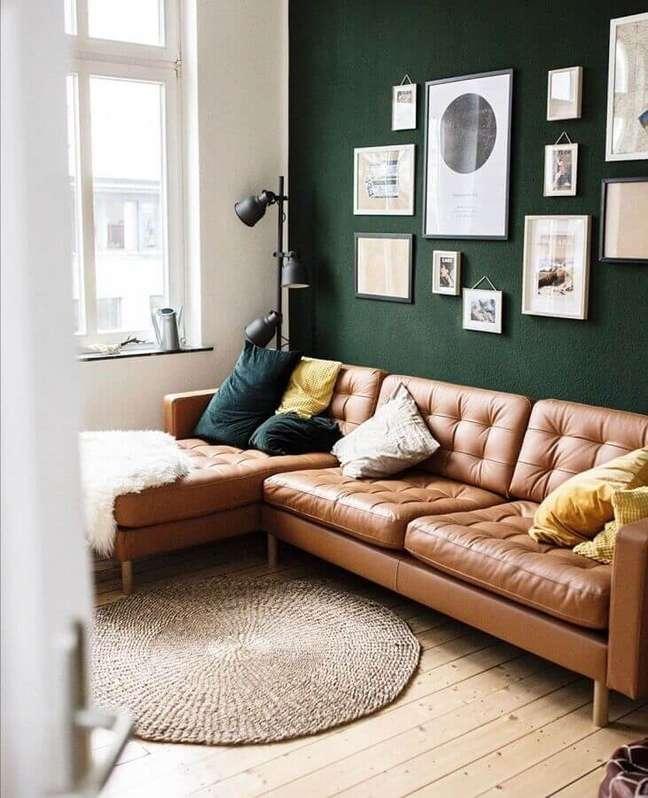52. Sofá cor caramelo para decoração de sala com parede verde escura – Foto: Archilovers