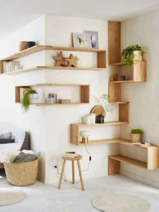 23. Estante de canto criativa de madeira com vasos de plantas e enfeites de madeira – Foto RHINOV