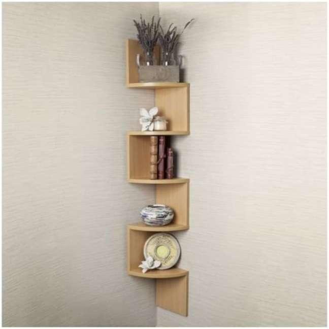 28. Estante de canto madeira para sala de estar moderna – Foto Total Construção