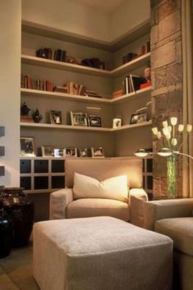 15. Decoração de sala de estar com estante de canto decorada com porta retratos e livros – Foto Hometalk