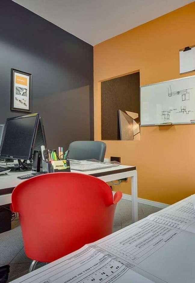 17. Decoração de escritório com tinta de parede cor caramelo – Foto: Home Fashion Trend