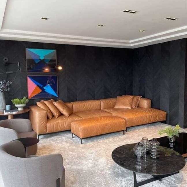 24. Decoração de sala preta com sofá cor caramelo e poltrona cinza – Foto: Bell'Arte Living – Estofados