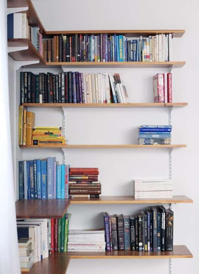 32. Estante de canto para livros – Foto Casa de Firulas
